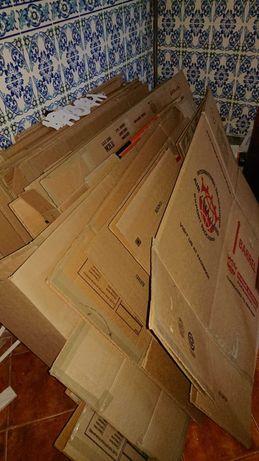 Cerca de 50 caixas móveis, acabamento resistente
