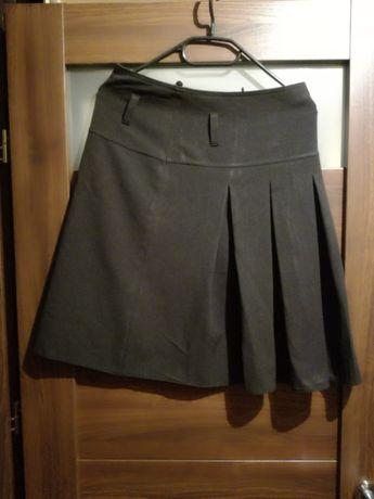 Czarna elegancka zwiewna spódnica lekko rozkloszowana