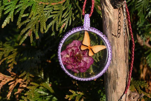 Zawieszka wisior kwiat róża motyl żywica epoksydowa makrama