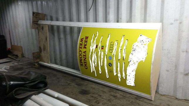 Painel Publicitário com iluminaçao no interior ,reclame/placar