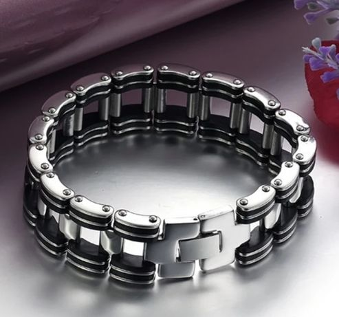 Srebrna (p.925) bransoleta z czarnymi onyksowymi dodatkami;