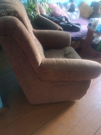 Dwa fotele, materiał brąz z elementami drewna używane, stan idealny.