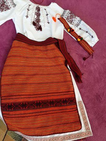 Вишитий український костюм для дівчинки (вишиванка)