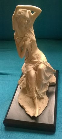 Estatueta tipo marfinite sobre base