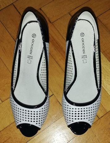 eleganckie buty na słupku