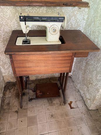 Продам швейну машину з столом Singer