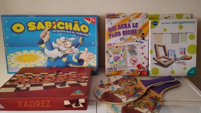 5 jogos: sabichão, raquetes, xadrez, monopólio e papel reciclado