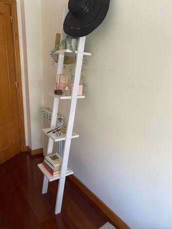 Estante de parede em forma de escada branca