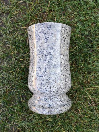 Nagrobny wazon z granitu