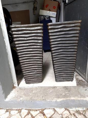 Jarrões de barro cor de bronze