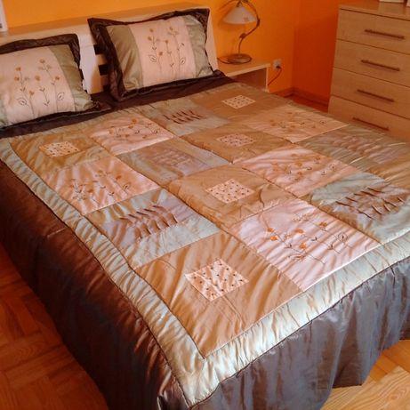 Narzuta plus dwie poszewki na poduszki jak nowe!