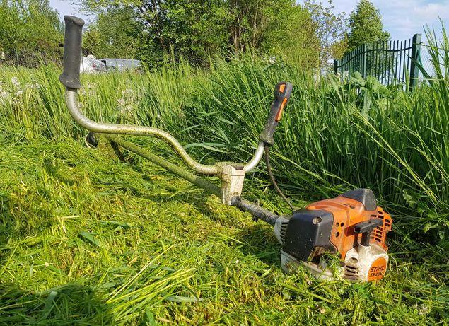 Koszenie zarośli, nieużytków, trawników, mycie kostki, prace ogridowe.