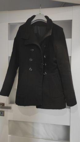 Płaszcz czarny na guziki
