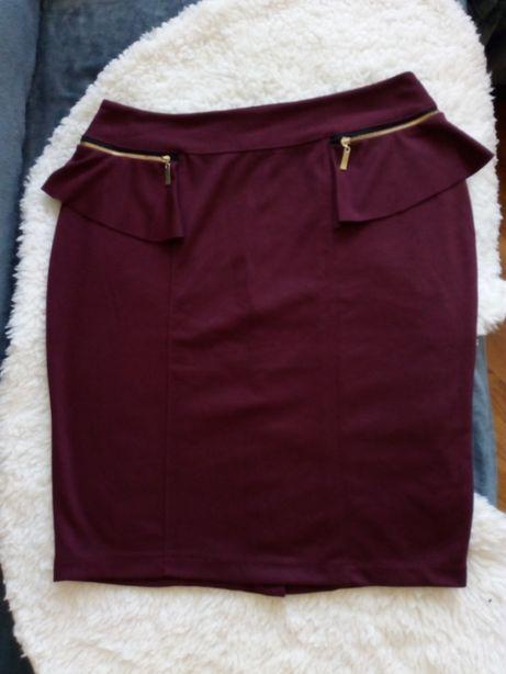 Ołówkowa spódnica z baskinką i zameczkami