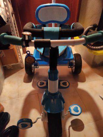 Triciclo a pedais com suporte e capota