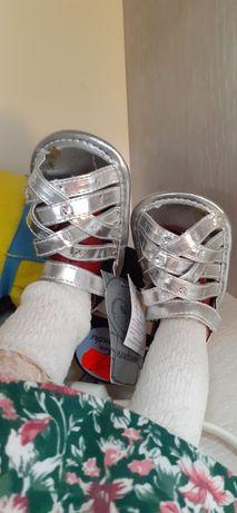 Фотосессия обувь для новорождённых пинетки босоножки