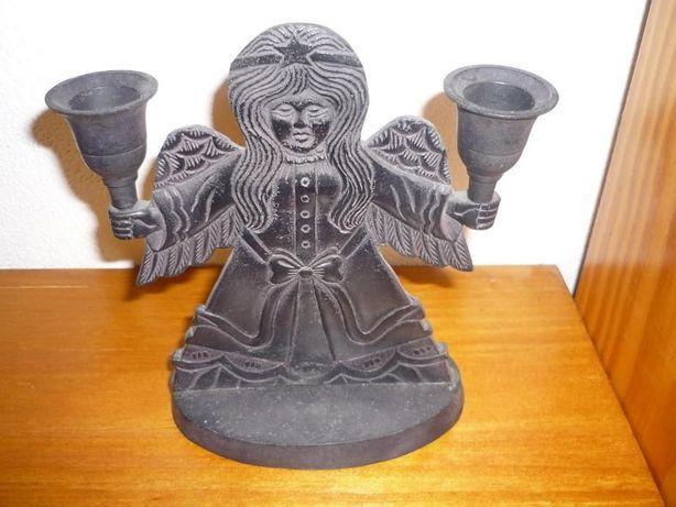 castiçal em metal para 2 lumes em forma de anjo