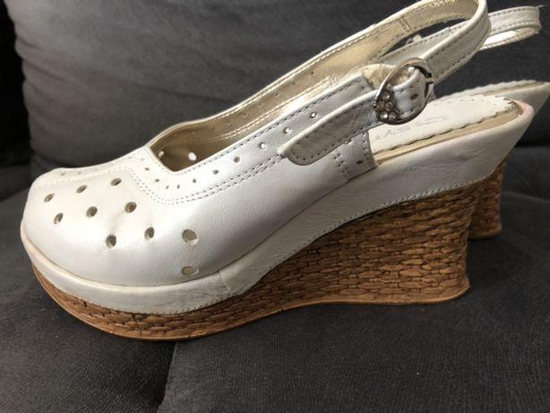 Białe sandały na koturnie