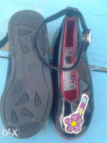 продам лакированные кожанные туфли на девочку