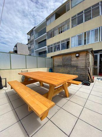 Mesas de jardim e bancos