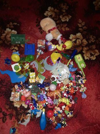 Zbiór różnych zabawek, stare zabawki z jajek niespodzianek