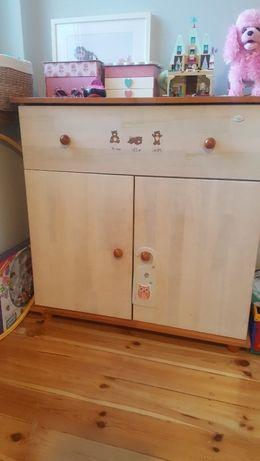 Drewniana komoda dla dziecka