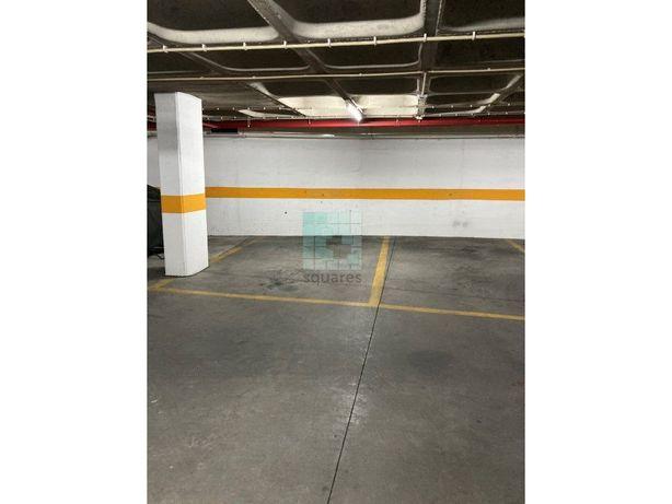 Estacionamento para 1 carro dentro de garagem