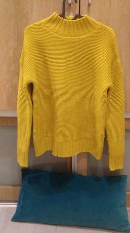 Modny sweter o musztardowym kolorze