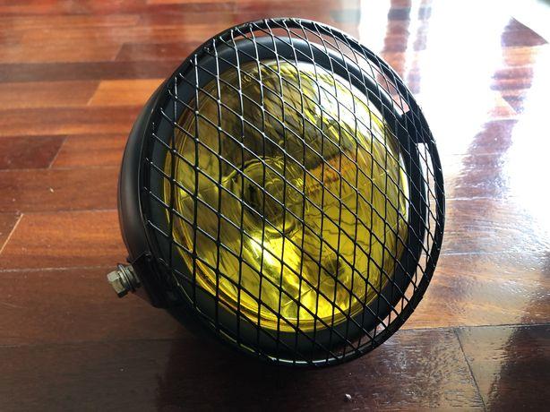 Farol frontal amarelo com grelha metálica dois apoios cafe racer