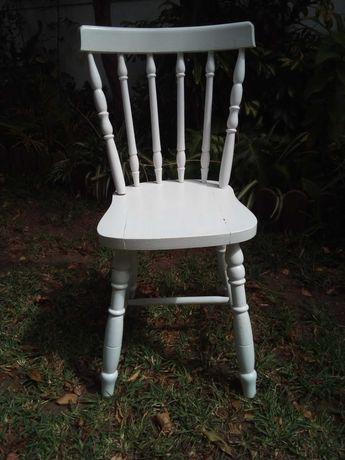 Cadeira antiga de madeira
