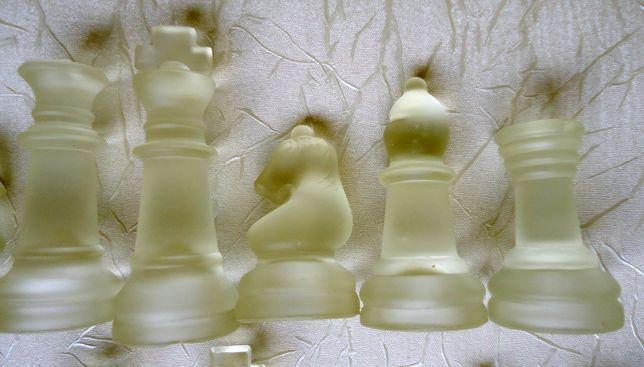 Szklane figury szachowe