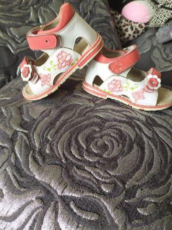Детские кожаные босоножки с каблуком Томаса