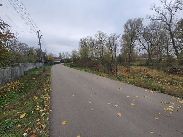 Продам земельну ділянку в самому центрі села Іванків .