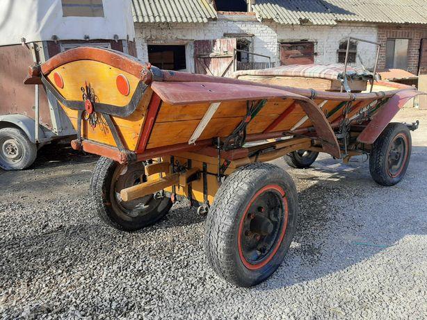 Wóz drewniany konny z metalowymi zdobieniami góralski