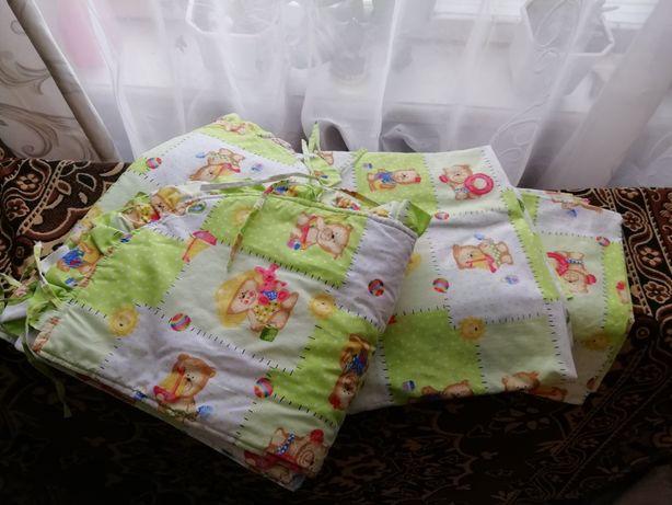 Постельное и защита в детскую кроватку