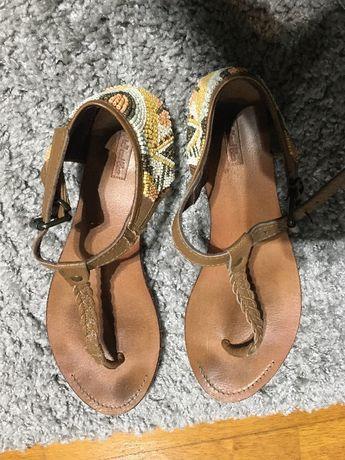 Sandálias com missangas