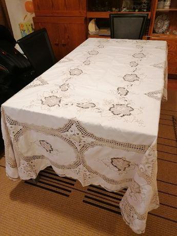 Toalhas de Mesa com bordados e rendas feitos à mão