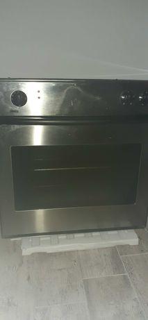 Piekarnik elektryczny z termoobiegiem.