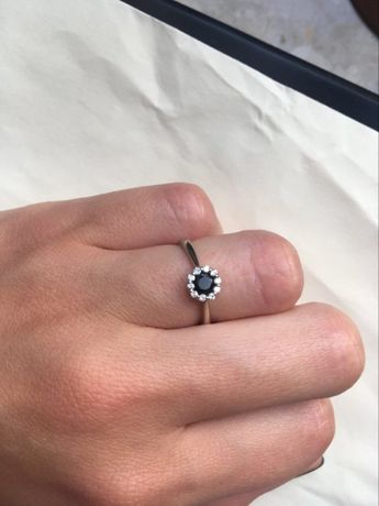 Pierścionek zaręczynowy z białego złota z diamentami i onyksem