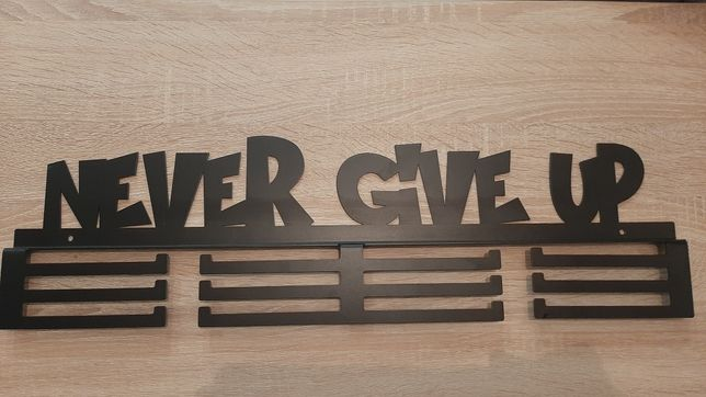 """Wieszak na medale """"Never give up"""" 60 cm"""