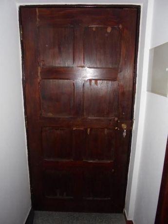 Porta madeira com fechadura, chaves e caixilho