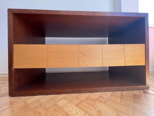 Aparador em madeira maciça. Design moderno.