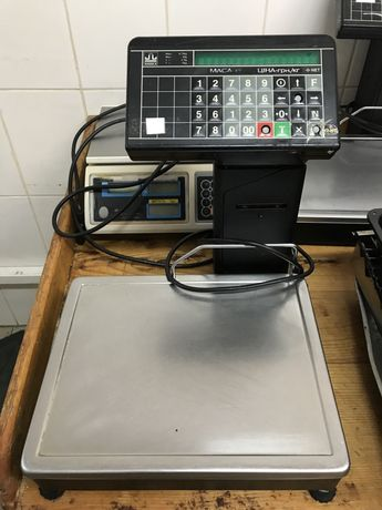 Вага електронна, механічна в робочому стані.