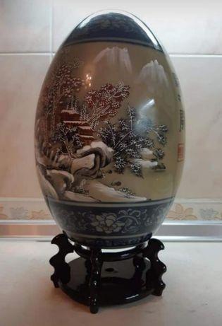 Статуэтка в виде декоративного расписного яйца на деревянной подставке