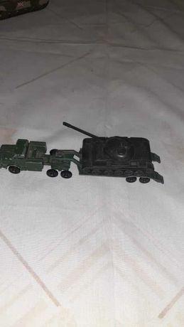 Carro militar com atrelado e tanque