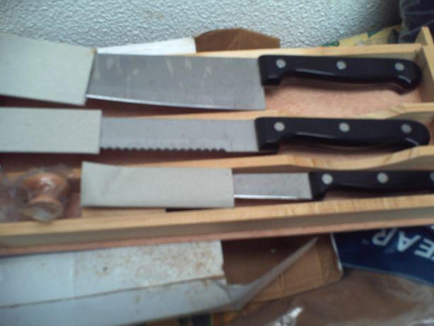 Conjunto de 3 facas com caixa de madeira novo