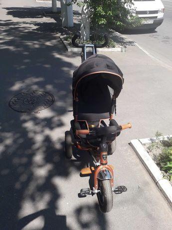 Детский трёх колёсный велосипед с родительской ручкой.