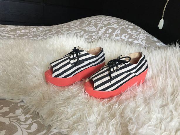 Sapato Plataforma com Riscas