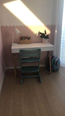 Białe biurko w nowoczesnym stylu