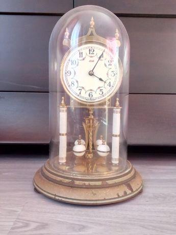 Relogio muito antigo com uma cupula em vidro sem chave de corda